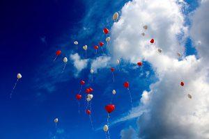 ハート風船と空